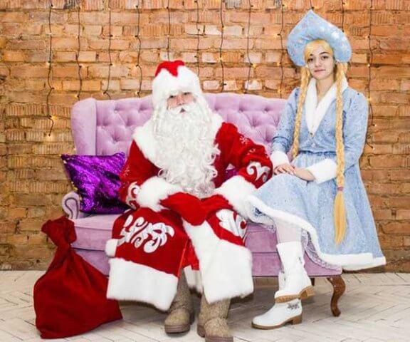 Дед Мороз и Снегурочка дарят подарки.