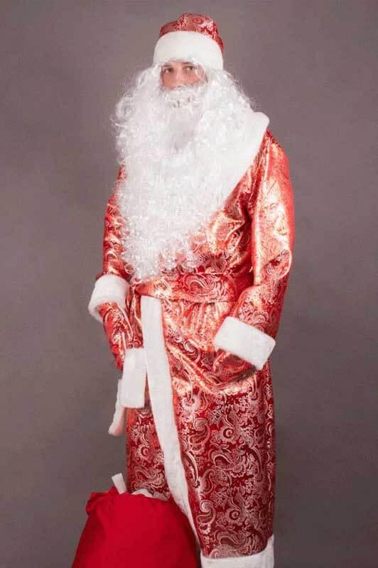 Костюм Деда Мороза блестит на свету.
